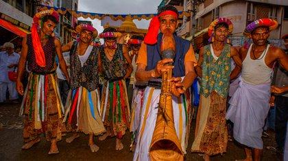 Danza de fieles de BAPS en Maharashtra, India (Grupo Grosby)