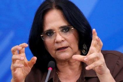 Damares Alves, ministra de la Mujer, la Familia y los Derechos Humanos asiste a una conferencia de prensa en Brasilia, el 13 de abril de 2020. (REUTERS/Adriano Machado)