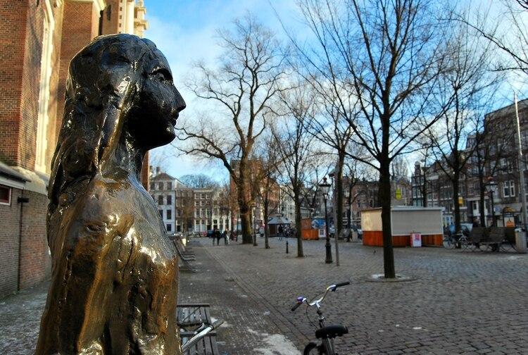 La estatua de Ana Frank en la puerta del museo en Amsterdam, Holanda