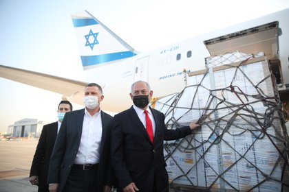 Benjamin Netanyahu con un cargamento de vacunas de Pfizer-BioNTech. Motti Millrod/Pool via REUTERS