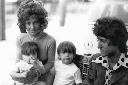 Luis Miguel junto a sus padres y su hermano Alejandro