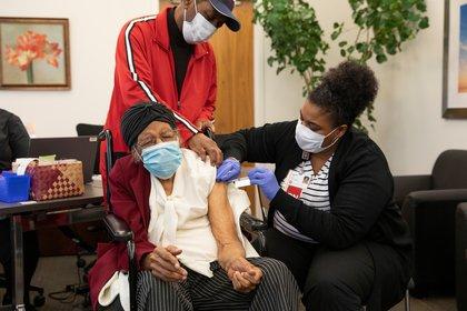 Bernice Bohannon, que cumplió 111 años el 11 de marzo, recibe su vacuna contra la enfermedad del coronavirus (COVID-19) de manos de la enfermera Jalissa Hurd en el IU Health Neuroscience Center en Indianápolis, Indiana, Estados Unidos, el 16 de marzo de 2021.  REUTERS/Chris Bergin