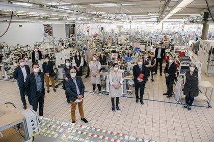 Michael Burke, CEO de Louis Vuitton y empleados en el taller de la marca donde hoy realizan mascarillas y trajes para personal sanitario LOUIS VUITTON/David Gallard/Handout via REUTERS