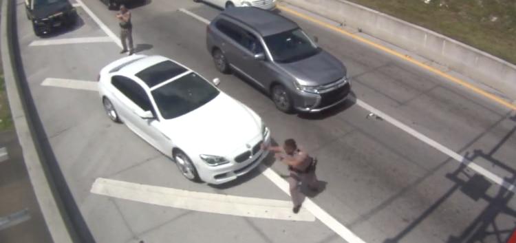 Oficial Arsenio Caballero es sorprendido y golpeado por el BMW. Patrulla de Carreteras de Florida