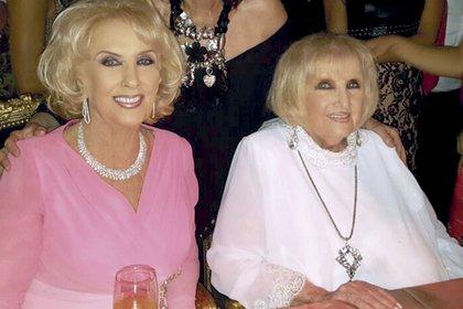Con su hermana gemela, Goldy, durante el festejo de su cumpleaños número 90