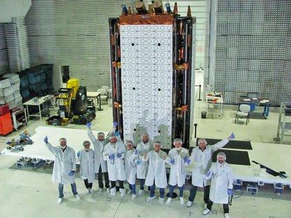 Antes de ser embalado, algunos de los científicos que participaron de la construcción y puesta a punto se tomaron una fotografía en Invap (Conea)