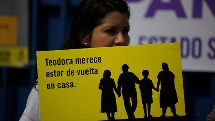 Pancartas que se vieron durante el juicio contra Teodora Vásquez en El Salvador (Reuters)