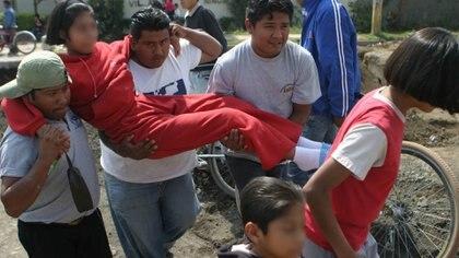 Algunos padres tuvieron que sacar a sus hijas cargando, ya que no podían caminar (Foto: Cuartoscuro)