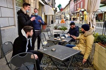 Personas en un bar en Codogno, la ciudad que hace un año fue el primer foco de coronavirus en el país (REUTERS/Flavio Lo Scalzo)