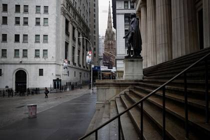 Wall Street, casi desierta en Manhattan, Nueva York. 3 de abril de 2020. REUTERS/Mike Segar