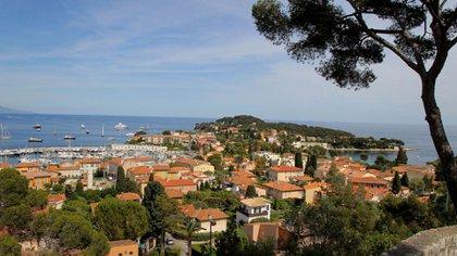 La vista desde Les Cedres. El mar azul del Mediterráneo se ve desde cada ventana de la mansión