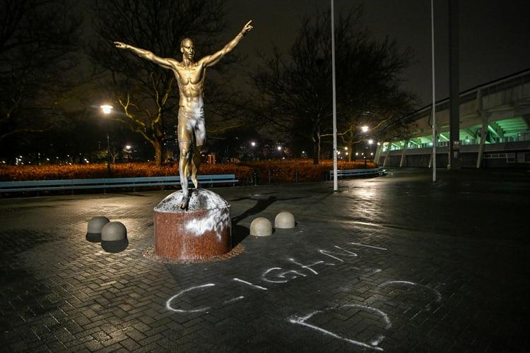 Vandalizaron la estatua de Zlatan Ibrahimovic en Suecia (Photo by Johan NILSSON / various sources / AFP)