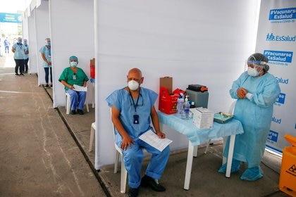 Imagen de archivo de trabajadores sanitarios esperando por una dosis de la vacuna de Sinopharm contra el coronavirus en Lima, Perú. 9 de febrero, 2021. REUTERS/Sebastian Castaneda/Archivo