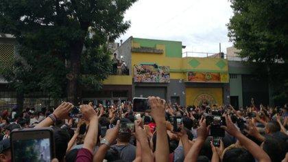 Evo Morales en el barrio porteño de Liniers (Twitter: @AgenciaBoliviaR)