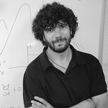 El cosmólogo Julio Navarro estudia las implicaciones cosmológicas de las propiedades observadas de las galaxias y los cúmulos de galaxias (CIFAR Cánada)