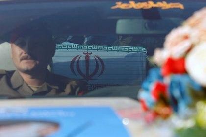 Un ataúd dentro de un coche durante el funeral del general de división iraní Qassem Soleimani, alto comandante de la fuerza de élite Quds de la Guardia Revolucionaria, y del comandante de la milicia iraquí Abu Mahdi al-Muhandis, que murieron en el aeropuerto de Bagdad (REUTERS/Wissm al-Okili)