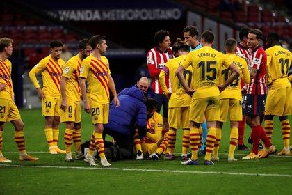 Piqué se marchó lesionado durante el Atlético de Madrid- Barcelona   .EFE/Juanjo Martin