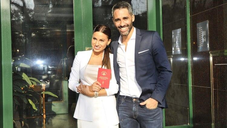 """El Pollo Álvarez se casó con Tefi Russo en una ceremonia íntima. Los enamoraos dieron el """"sí"""" ante amigos y familiares en la casa del conductor, en Palermo (Foto: Instagram)"""