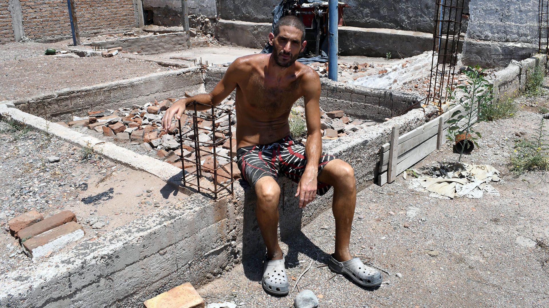 Gilad Gil Pereg, posó dentro de su casa en el exacto lugar donde había enterrado a su madre y a su tía luego de asesinarlas (Telam)
