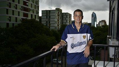 Lucas y la camiseta alternativa de Palermo con la que Boca alcanzó un invicto de 40 partidos en el año 99 (Gustavo Gavotti)