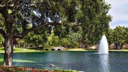 Cerca hay una piscina estilo laguna de 4 metros de profundidad y una cancha de tenis iluminada (The Pinnacle list)