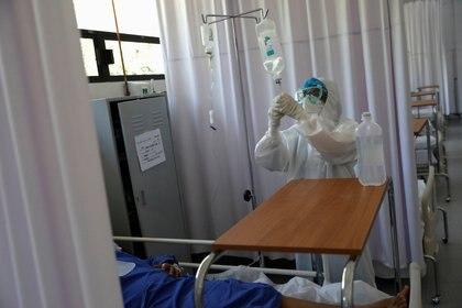 la OMS emitió hace unos meses una guía a los médicos para que no administren antibióticos o profilaxis para los pacientes con formas suaves de la COVID-19 (Foto: REUTERS/Carlos Jasso)