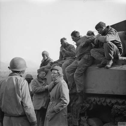 Soldados aliados, algunos montados sobre un Sherman, hablan con la periodista Martha Gellhorn durante una pasua en la batalla de Montecassino, la más importante en la que participó el Segundo cuerpo polaco (Imperial War Museum)
