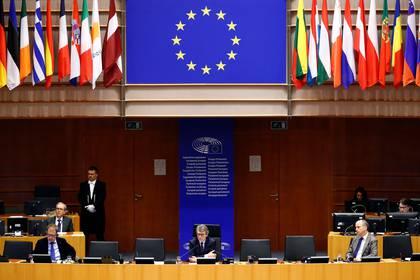 El Presidente del Parlamento Europeo, David Sassoli, asiste a una sesión especial del Parlamento Europeo para aprobar medidas especiales para suavizar el repentino impacto económico del COVID-19, el 26 de marzo de 2020. (REUTERS/Francois Lenoir)