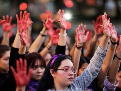 Mujeres levantan sus manos pintadas de rojo en una protesta en contra de la violencia de género y el feminicidio, en Puebla, México, Febrero 22, 2020. REUTERS/Imelda Medina