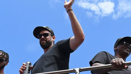 El pívot español con una lata de cerveza en su mano para celebrar (Reuters)