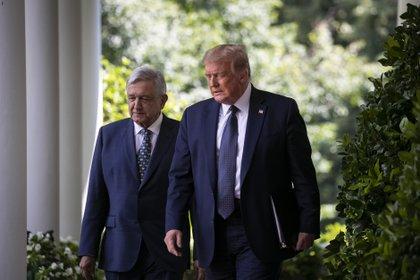 El presidente Donald Trumpy López Obrador llegan a una ceremonia en la Casa Blanca el 8 de julio.