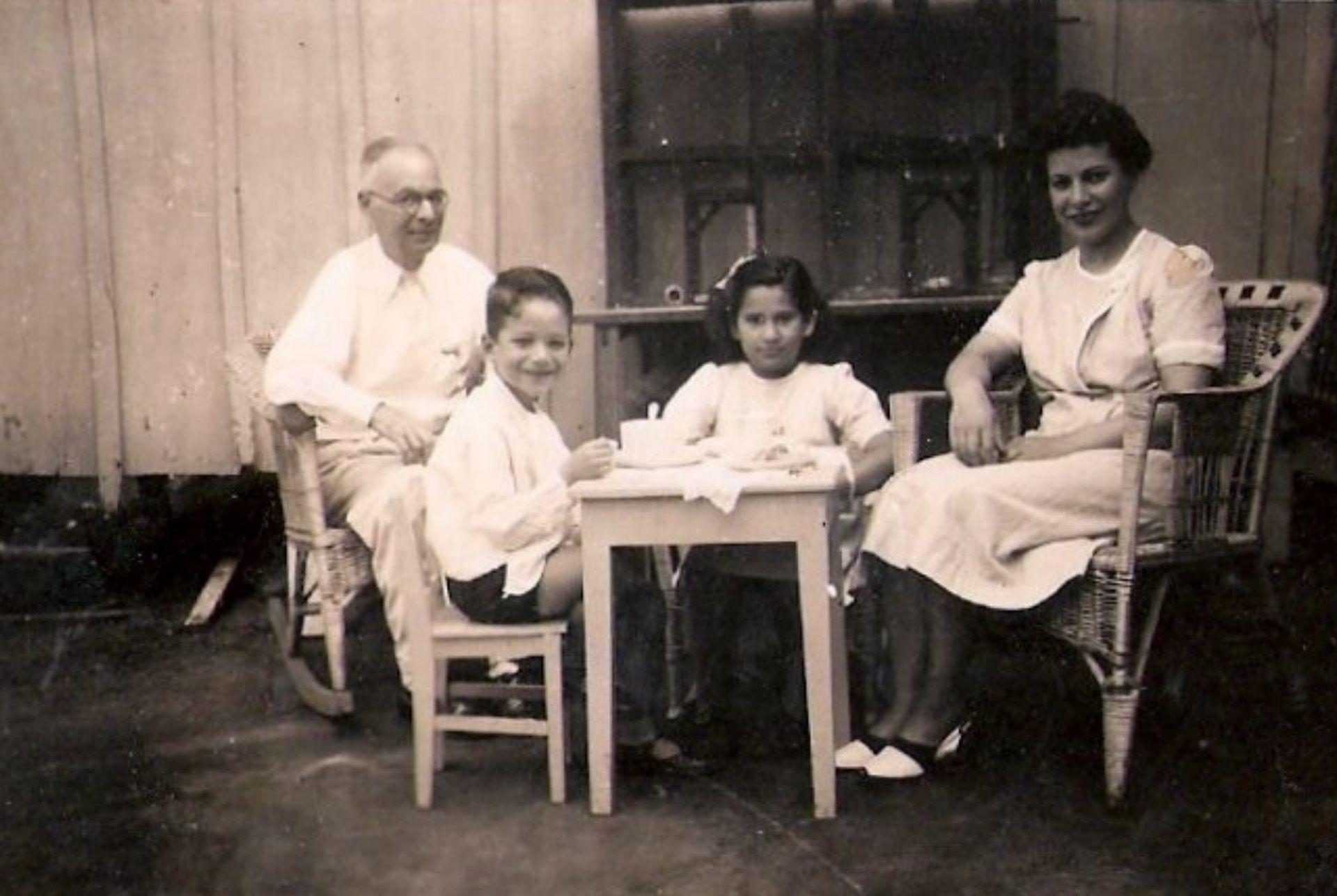 Una merienda con su abuelo Julio, su mamá Esther y su prima Pity, en Posadas, Misiones, en 1944