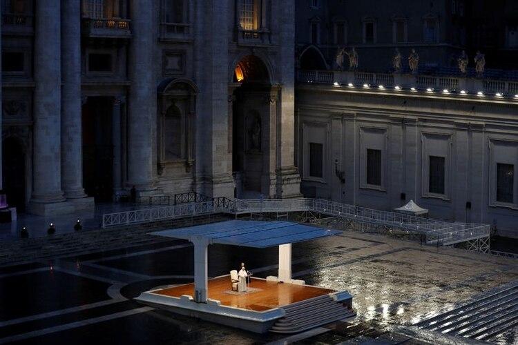 Foto del viernes del Papa Francisco dando una inusual bendición
