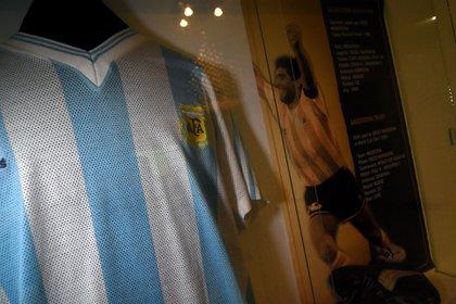 Una de las albicelestes y zapatos con los que Maradona disputó la Copa del Mundo en el 90 (Nicolas Stulberg)