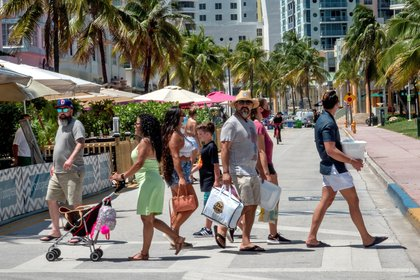 People walk in Miami Beach, Florida, USA, 24 June 2020. Floridaís Department of Health confirmed on Wednesday 5,508 additional cases of Coronavirus, setting another daily total record high since the start of the pandemic. EFE/EPA/CRISTOBAL HERRERA