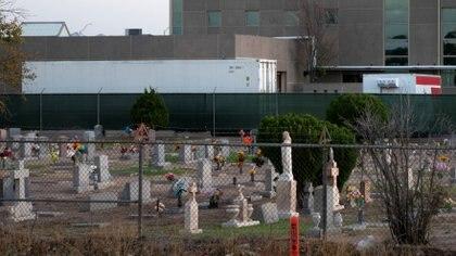 Contenedores refrigerados junto a un cementerio en El Pas, Texas (REUTERS/Jorge Salgado)
