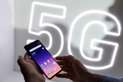 Foto de archivo: una persona revisa el teléfono móvil Xiaomi Mi 9 antes del Mobile World Congress (MWC 19) en Barcelona, España, el 24 de febrero de 2019. REUTERS/Rafael Marchante