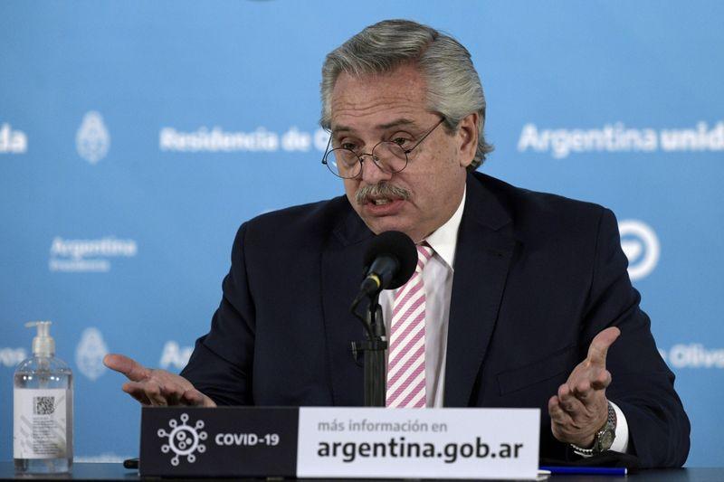 Foto de archivo - El presidente de Argentina, Alberto Fernandez, en una rueda de prensa en Buenos Aires. Aug 12, 2020. Juan Mabromata/Pool via REUTERS/