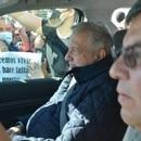 La protesta se llevó a cabo en su salida del palacio municipal de Playas de Rosarito: el mandatario fue interceptado por los manifestantes, quienes intentaron frenar la camioneta en la que se trasladaba para plantearle su acusación (Foto: Twitter/@AreliPaz)