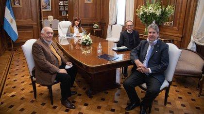 """La reunión, a fines de julio pasado, del """"Consejo Agroindustrial"""" con Cristina Kirchner. En primer plano, a la izquierda, Roberto Domenech, el presidente de CEPA"""