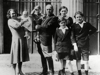 Benito Mussolini, su esposa Rachele y su familia. Il Duce tuvo muchas amantes, pero Margherita fue un gran amor que mantuvo durante casi 25 años  (Shutterstock)