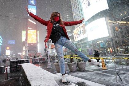Una joven baila bajo la nieve en Times Square (TIMOTHY A. CLARY / AFP)