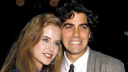 George Clooney y Kelly Preston en 1998, la pareja duró dos años en una relación, pero no se ajustaron a su distinto estilo de vida (Foto; Globe Photos/mediapunch/Shutterstock)