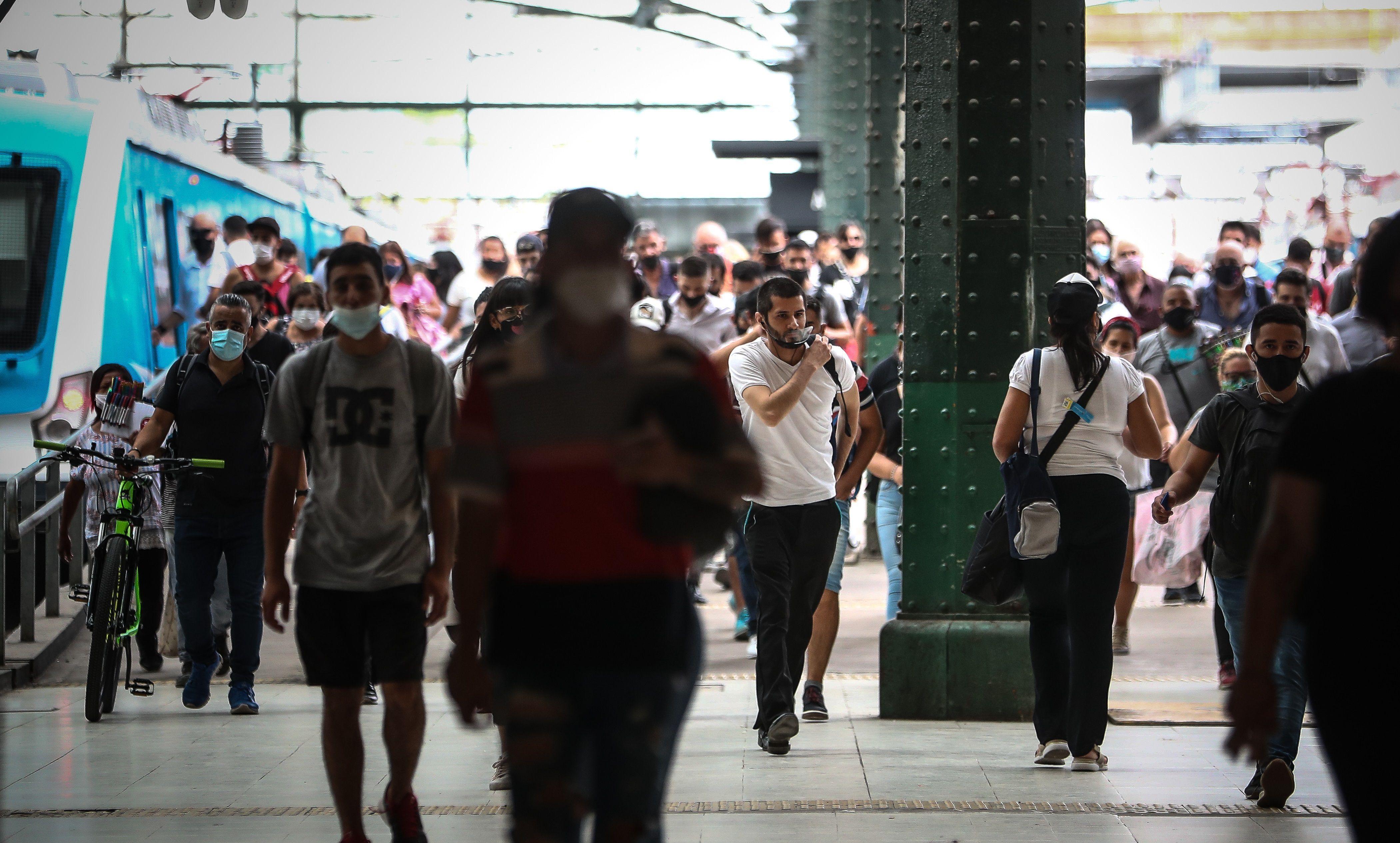 Varias personas circulan por la Estación Ferroviaria de Constitución en Buenos Aires (Argentina). EFE/ Juan Ignacio Roncoroni