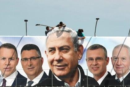 El primer ministro Benjamin Netanyahu con otros candidatos de su partido, el Likud, en un cártel en Jerusalén (REUTERS/Ammar Awad/archivo)