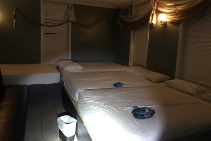 Uno de los cuartos con camas y cajas de condones que encontraron en el club Calígula.