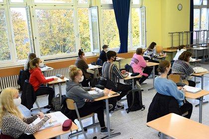 Estudiantes de la escuela secundaria Martin-Buber-Oberschule en Berlín.  REUTERS/Annegret Hilse
