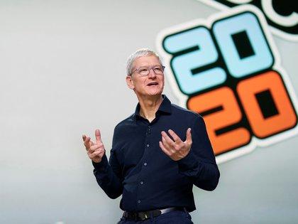 Imagen cedida que muestra al CEO de Apple, Tim Cook, mientras pronuncia este lunes el discurso de apertura durante la Conferencia Mundial de Desarrolladores de Apple 2020 (WWDC) en el Teatro Steve Jobs en Cupertino, California, EE.UU., 22 de junio de 2020. EFE/EPA/BROOKS KRAFT / APPLE