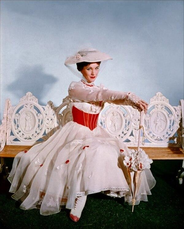 La clásica película Mary Poppins se estrenó en 1964 y es protagonizada por Julie Andrews y Dick Van Dyke.