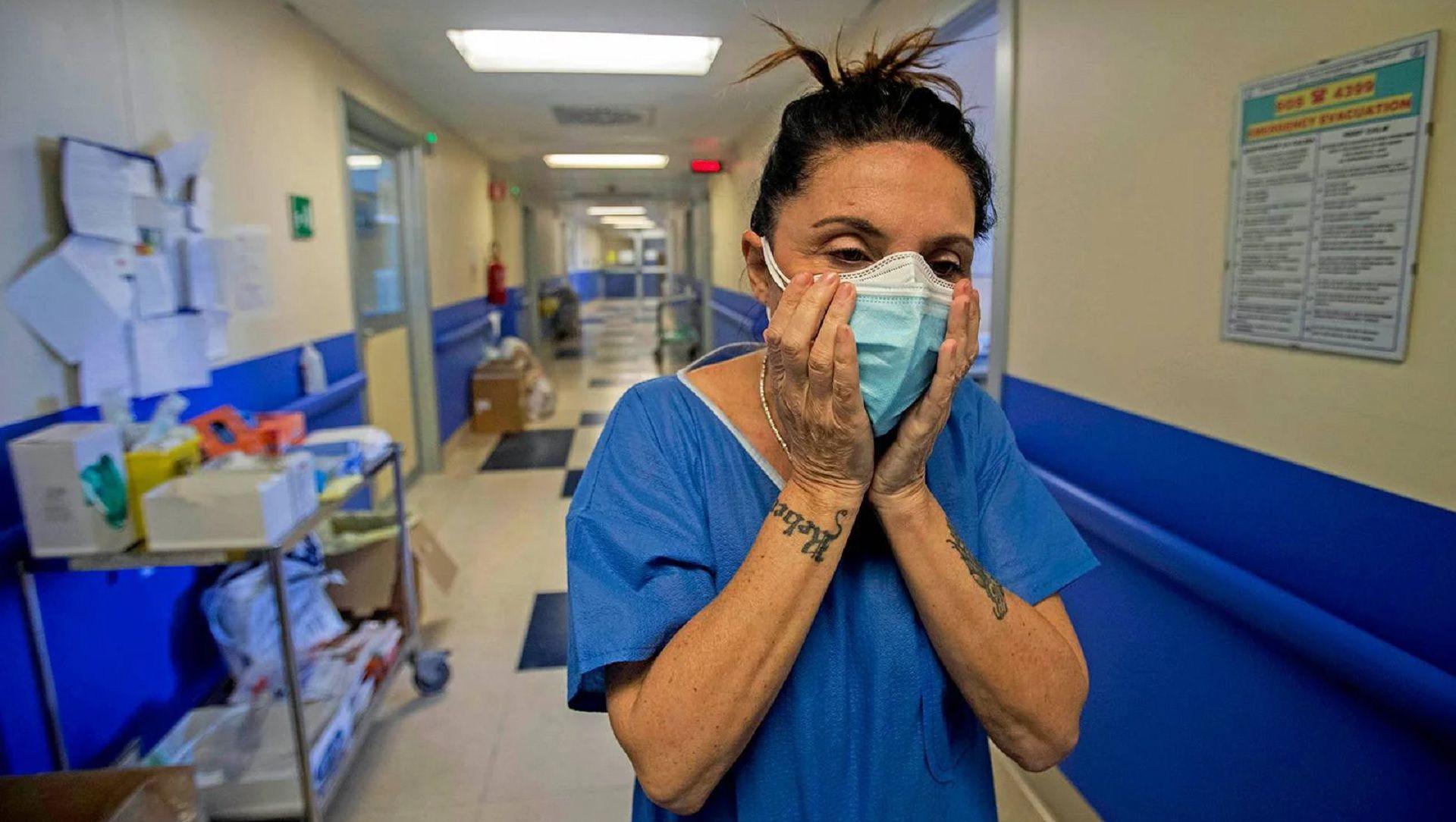 Personal médico con dos mascarillas (AP/archivo)